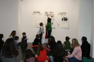 Niños atienden la explicación de la exposición. Fotos: B.Valverde