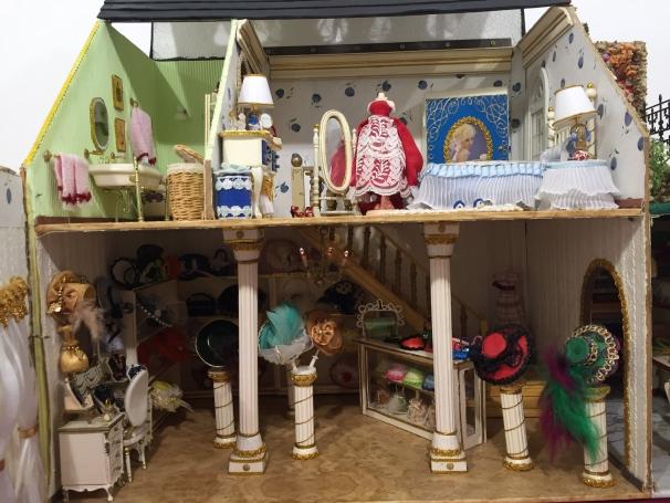 Una tienda de sombreros en una casa de muñecas