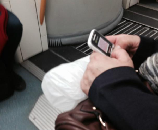 Me siento entre una mujer que juega a mover un cochecito en un móvil de hace dos generaciones y otra a matar grageas en un smartphone. FOTO: A.A.