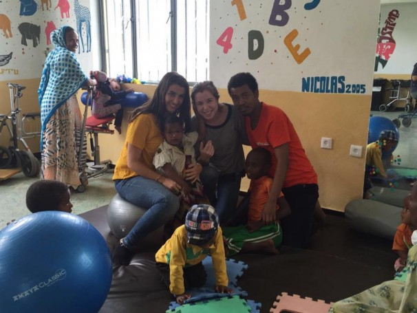 Mr. Nebiyou junto con varios voluntarios en la clínica de Wukro - HOLYSTIC PRO ÁFRICA