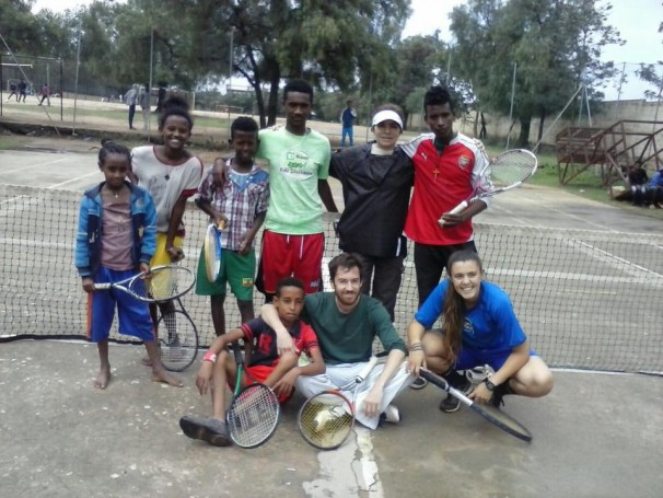 Varios voluntarios en la cancha de tenis con unos niños - HOLYSTIC PRO ÁFRICA