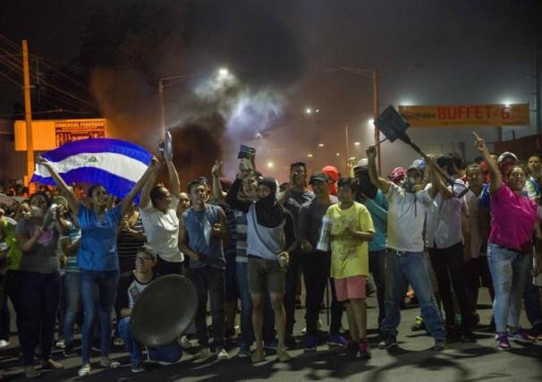 Nicaragüenses protestando en las calles de la capital Managua. Foto: EFE/Jorge Torres.