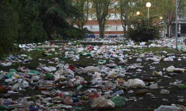 Restos de basura del «macrobotellón» celebrado en Ciudad Universitaria por la fiesta de san Cemento. Foto: Maya Balanya ARCHDC