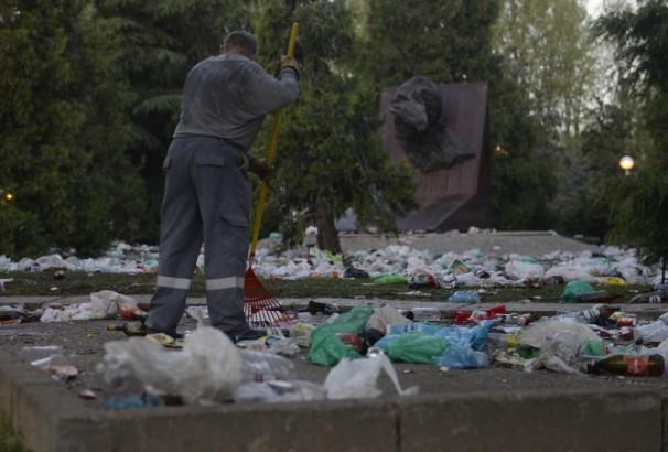 Los servicios de limpieza recogiendo los residuos del botellón. Autor: Maya Balanya