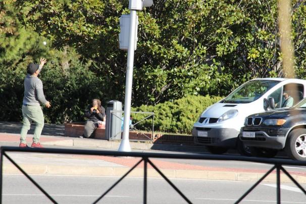 Uno de los miembros del asentamiento hace malabares en el semáforo situado justo antes del Puente de Ventas