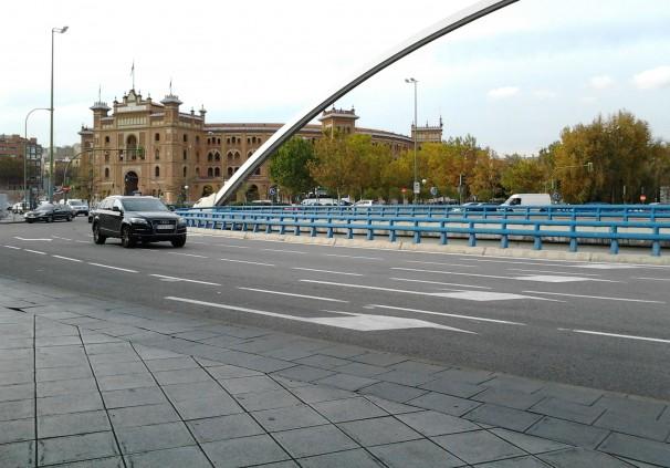 El arco de Ventas de la M-30 con la plaza de toros al fondo