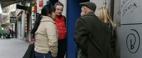 Tres prostitutas hablan con un cliente en la Calle Montera. ABC