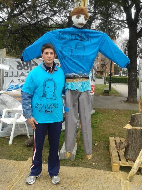 Iluminado Toro posa vestido con su camiseta reivindicativa a la salida del campamento La Esperanza