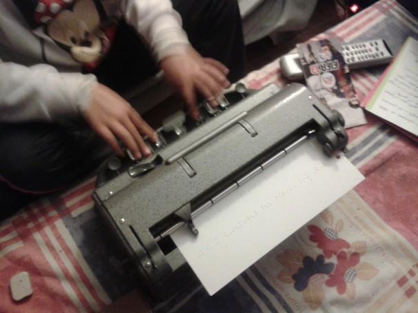 Lucía escribe «Para mis amigos de ABC» en su máquina