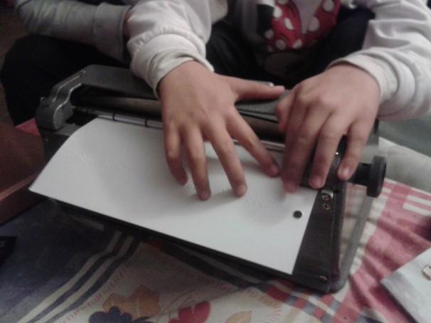 Lucía lee el mensaje que ha escrito