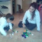 Lucía y su madre, Raquel, escriben en Braille el nombre de la pequeña