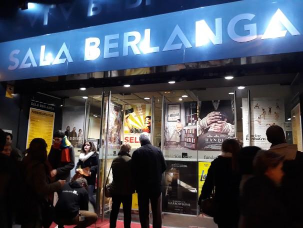 Espectadores durante la salida de una proyección en la Sala Berlanga. Foto: María Alcaraz