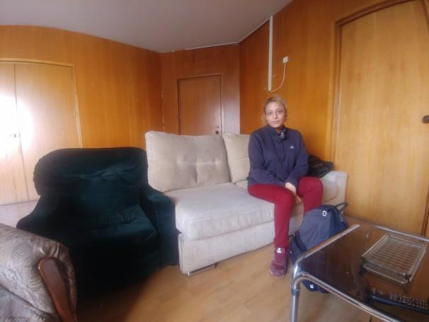 Melisa Domínguez posa en la habitación de la planta cuarta de la antigua sede de CCOO
