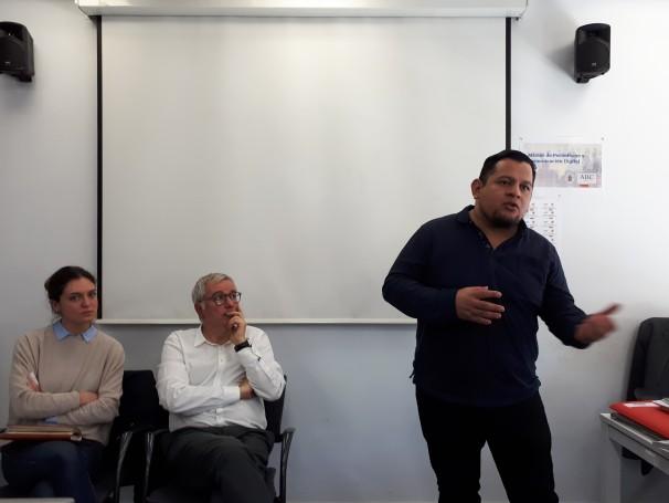 Eddy López comparte su experiencia al lado de Alfonso Armada y Francesca, de Reporteros sin Fronteras. Foto: Camila Alvarenga