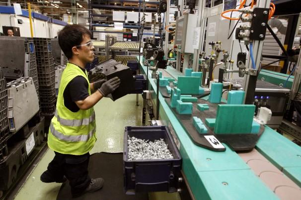 Un empleado discapacitado trabaja en la factoría de Ford de Almussafes (Valencia). FOTO: EFE