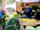 Un vendedor ofreciendo hortalizas y verduras. Foto: Patricia Balbontín