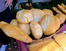 Distintos tipos de pan de pueblo, típico de la región madrileña. Foto: Patricia Balbontín