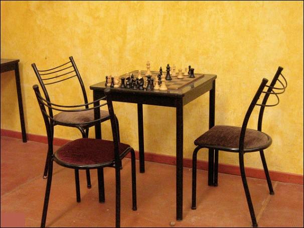 Dos jugadores unidos en un desafío ajedrecístico. Foto: Carolina Melo