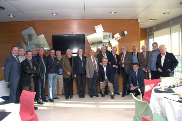 Cruz Román, bien rodeado en la comida-homenaje organizada por avpyetur