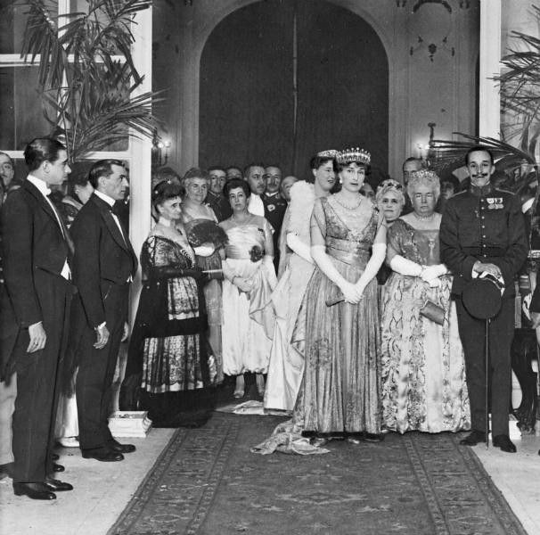Alfonso XIII (a la derecha) durante un acto celebrado en el Hotel Ritz en 1917