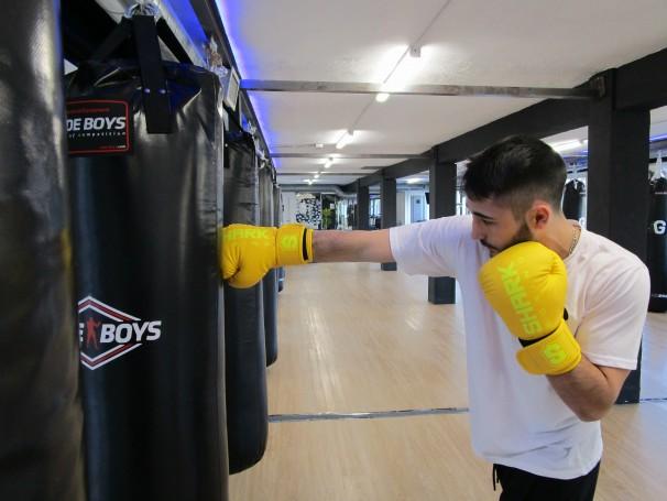 Andrés De Manuel López golpea un saco de boxeo en su gimnasio