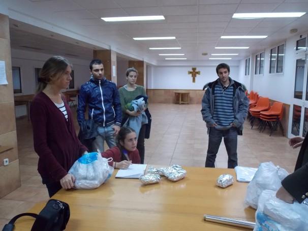 Claudia Pery, agachada, organiza a los bokateros en una sala de la parroquia