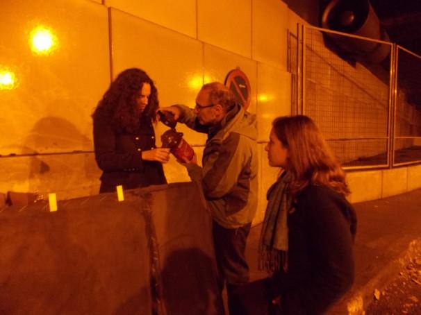 Álex, Julián y Michelle asisten a dos transeúntes en el interior de un túnel
