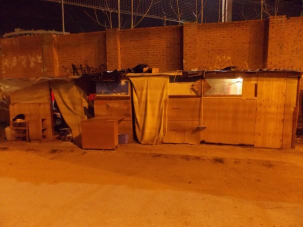 Hilera de casetas habitadas en la zona de Chamartín