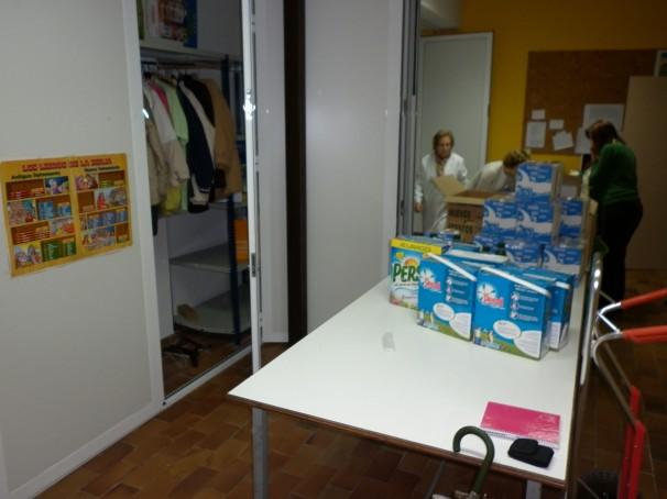 Habitación con ropa y alimentos