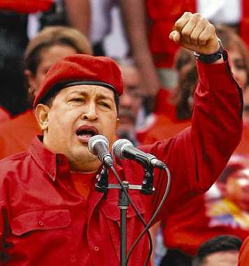 Hugo Chávez se dirige a los venezolanos con el puño en alto