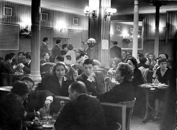 Clientes en el interior del Café Gijón en 1963 Foto: Basabe