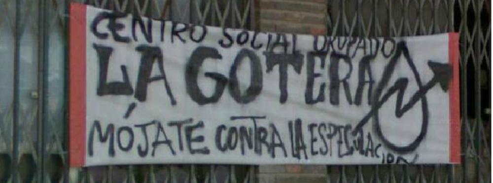 Pancarta que pende de uno de los costados del mercado ocupado