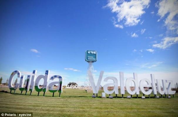 Letrero de la entrada de la urbanización Valdeluz