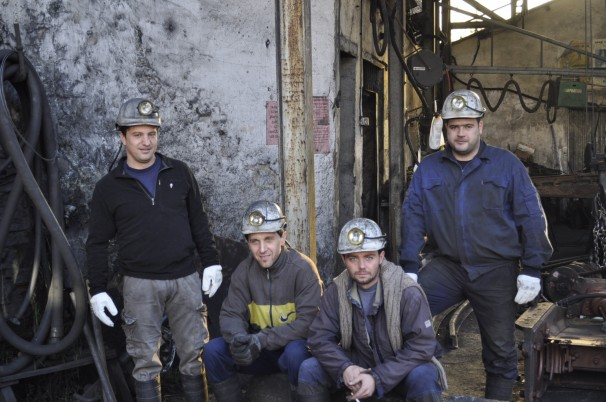Un grupo de mineros reunidos antes de entrar a trabajar. Foto: D.R.