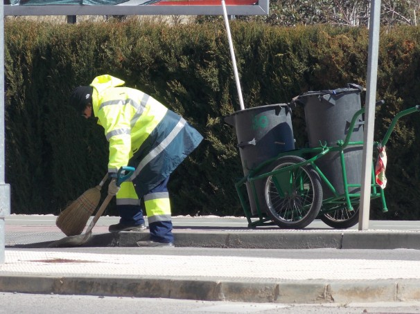 Una trabajadora del Ayuntamiento limpia los alrededores del Palacio de Congresos