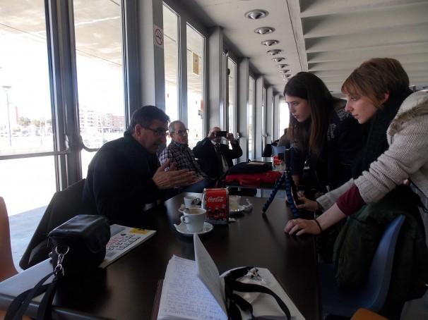 Bru Rovira atiende a dos jóvenes estudiantes de periodismo