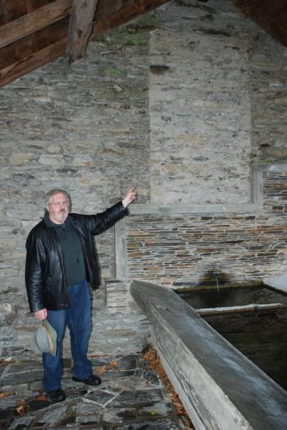 Cliff Colman junto a la placa franquista que destruyó