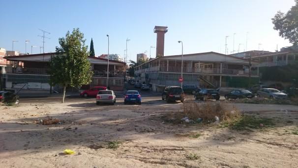 Descampado junto a viviendas. Foto: Vega González