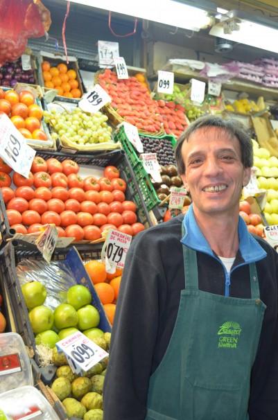 Fabián Herrero Orozco frente a su fruta preferida, las naranjas Por A. Fernández