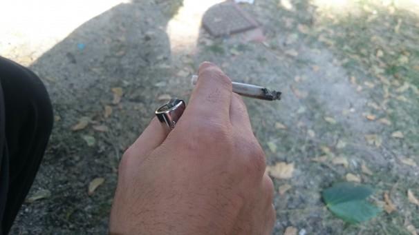 Joven fumando un porro de hachís. Foto: Mario López