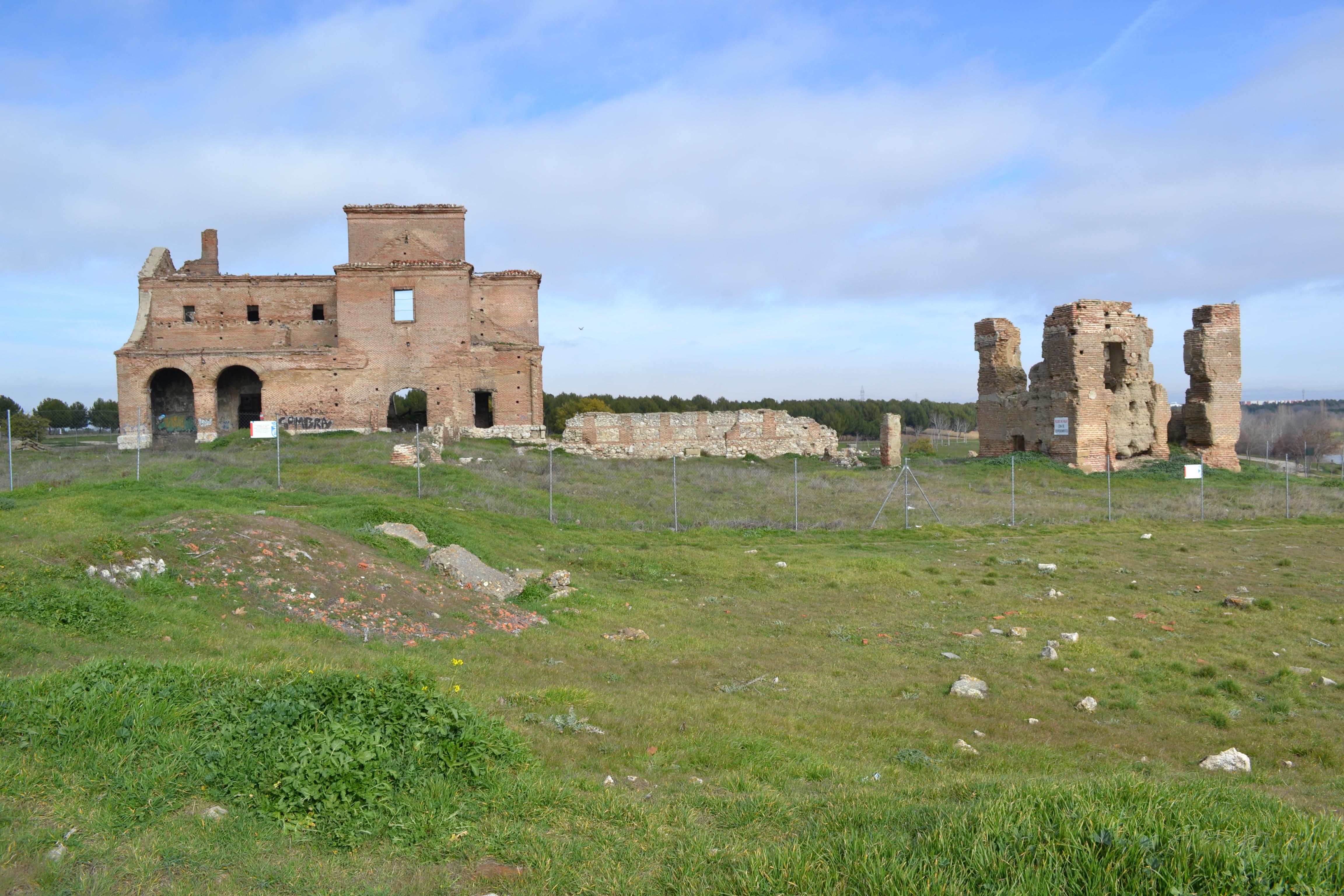 La iglesia de San Pedro y los restos de una casa solariega en Polvoranca