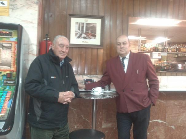 El fundador de la carrera, Antonio Sabugueiro, y el hijo del propietario del café «Bella Luz», donde se gestó la San Silvestre. Foto: M. R.