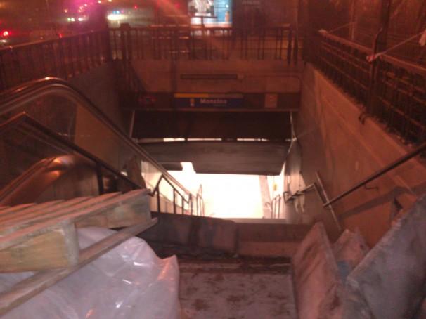 Metro Moncloa con entrada levantada