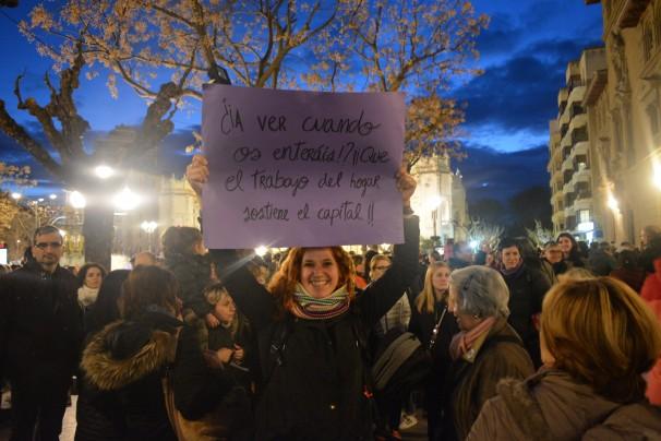 Manuela Cortés alza su pancarta en la Plaza de Zaragoza - FOTO: G. C.
