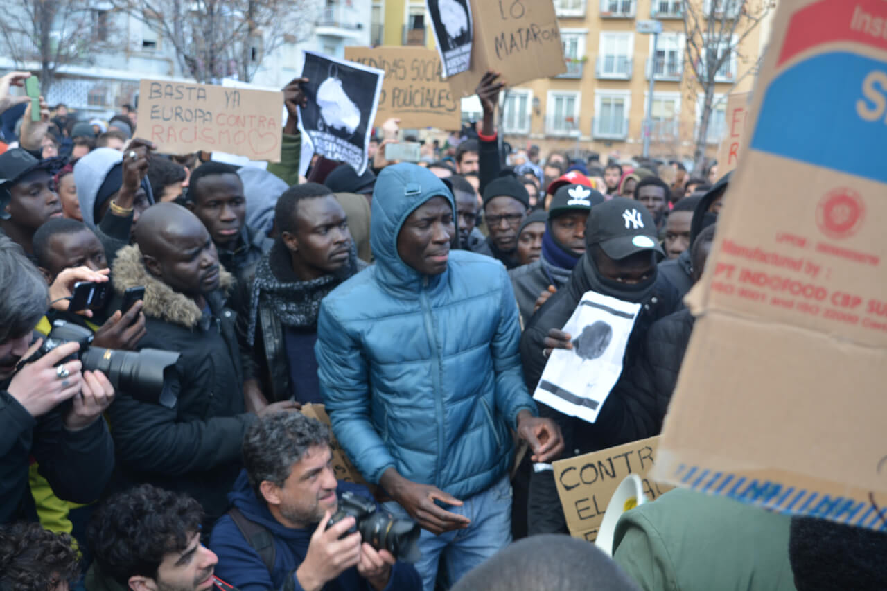 Los manifestantes se preparan para el comienzo de la concentración