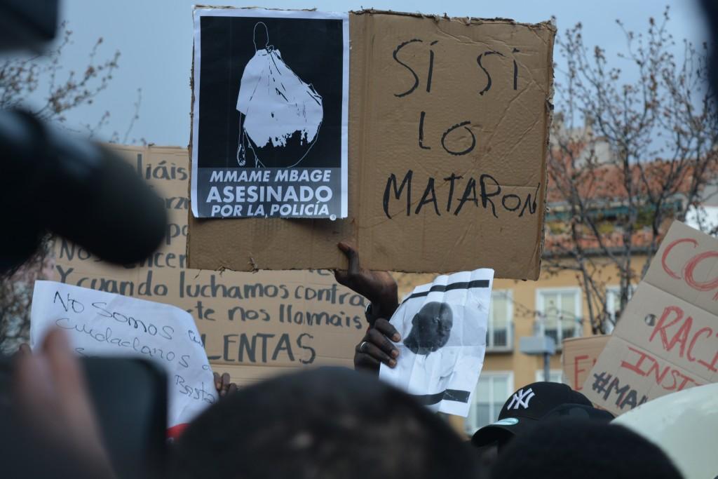 Pancartas en contra de la represión policial