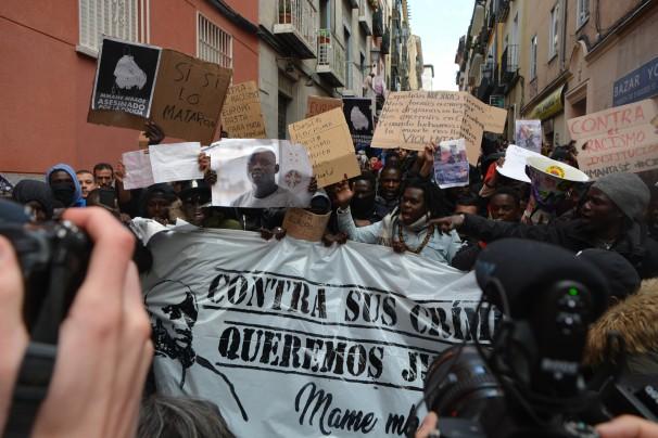 Los manifestantes en un momento de la marcha en recuerdo al mantero Mbaye. FOTO: Daniel Caballero