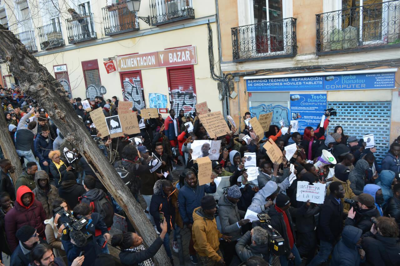 La manifestación por Mame Mbaye de camino a la plaza de Lavapiés