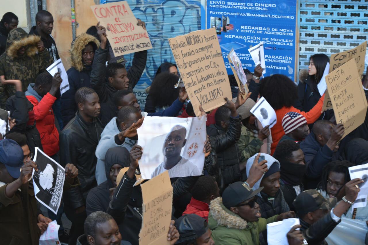 Compañeros de Mame Mbaye sujetan carteles y fotografías de él