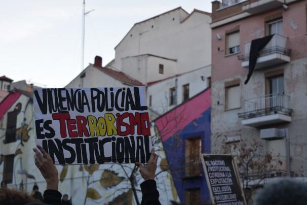 Detalle de un cartel sujeto por un protestante español